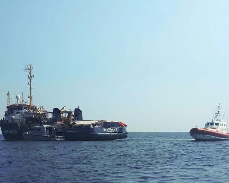德國救援船「海洋觀察3號」一周前強行駛到蘭佩杜薩島靠岸。AP