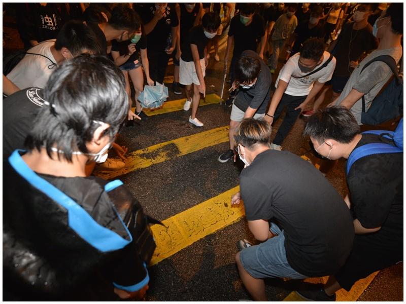 示威者以執拾物件為由,不斷橫過廣東道及九龍公園徑交界。