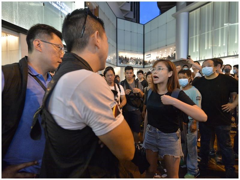 有示威者被指襲警。