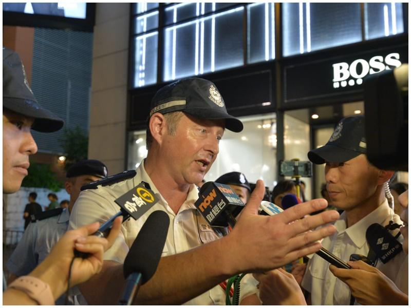 6.12金鐘衝突中帶隊清場的英籍總警司陶輝遭示威者包圍。