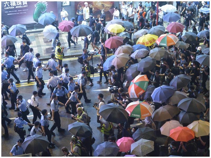 示威者推進。