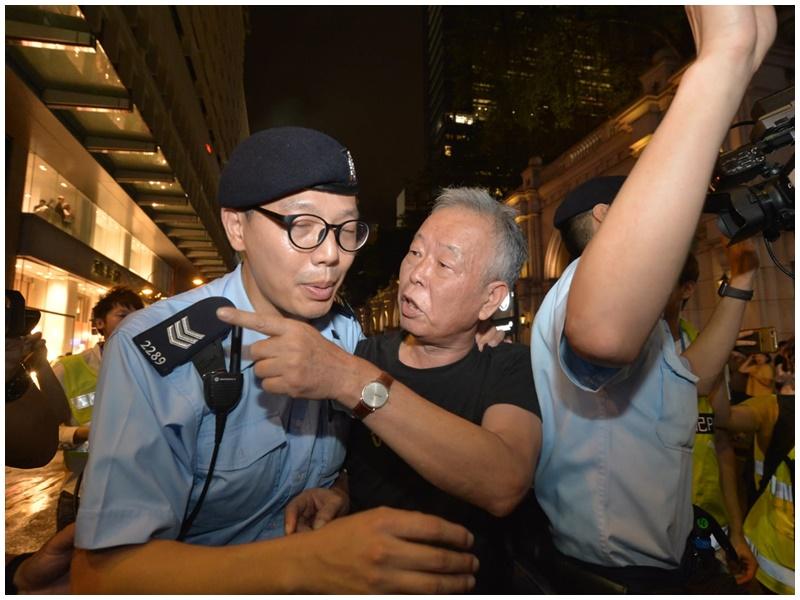 操普通話男子疑打示威者被帶走。