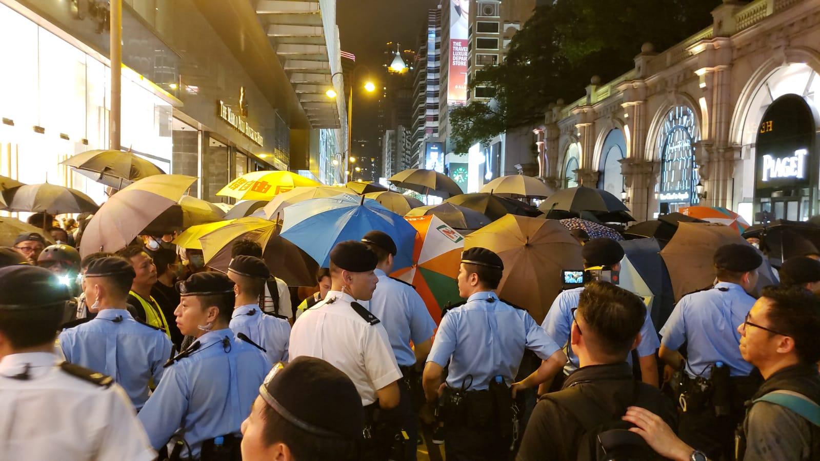 【尖沙嘴遊行】廣東道示威者衝擊 警方防線退至文化中心