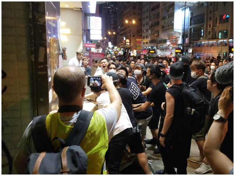 不滿無巴士男士與示威者打鬥。