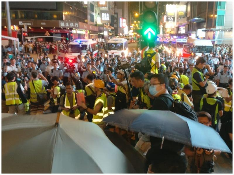 示威者開傘對峙。