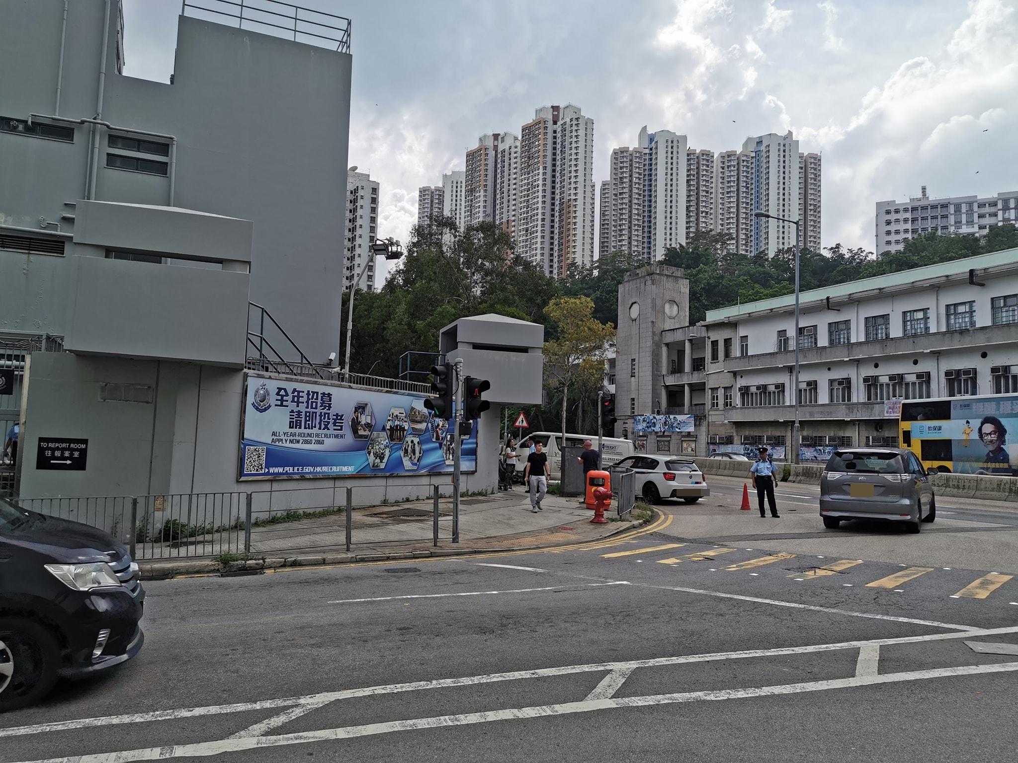 涉事客貨車鏟上行人掃毀鐵欄。 馬路的事討論區FB/網民Vincent Hung圖