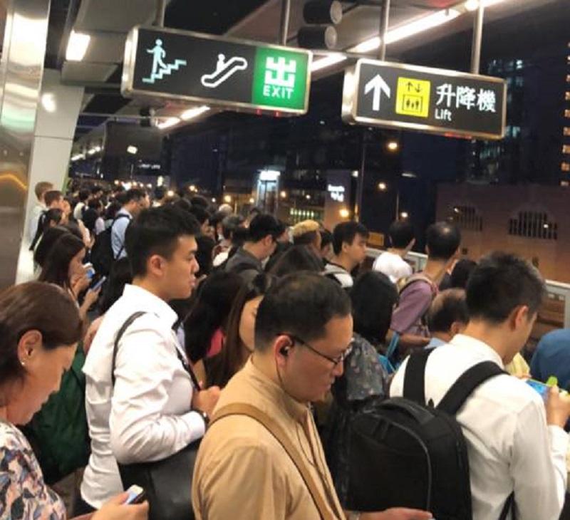大批乘客在月台等車。網民Helen Tse圖片