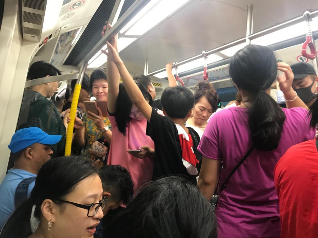 觀塘綫有訊號故障,乘客在車上呆等。讀者提供