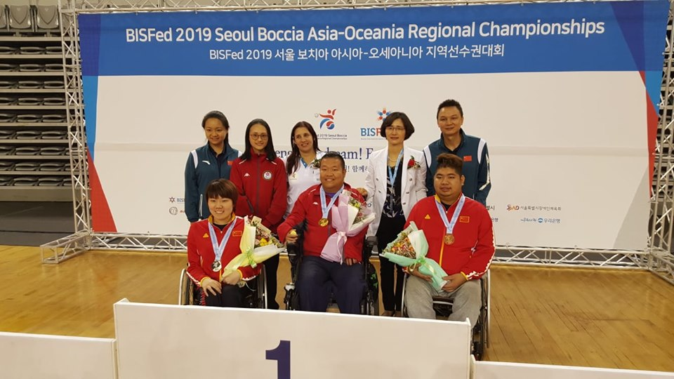 梁育榮(前排中)奪得BC4級個人賽金牌。相片由香港殘疾人奧委會暨傷殘人士體育協會提供。