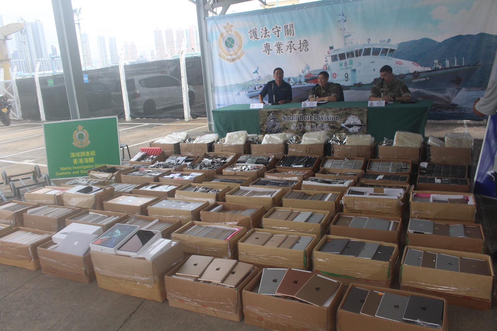 水警聯同海關檢520萬元燕窩電子產品。實習記者李志榮攝