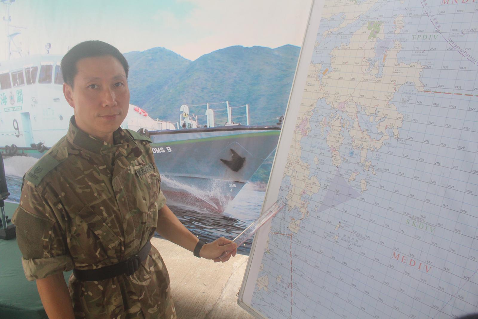 水警小艇分區指揮官周信偉講述追捕路線。實習記者李志榮攝
