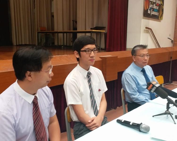 杜焯賢(中)考獲7科5**佳績。