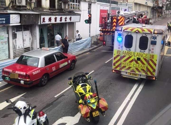 傷者由救護車送院治理。 香港交通突發報料區FB/網民Anndee Cheung圖