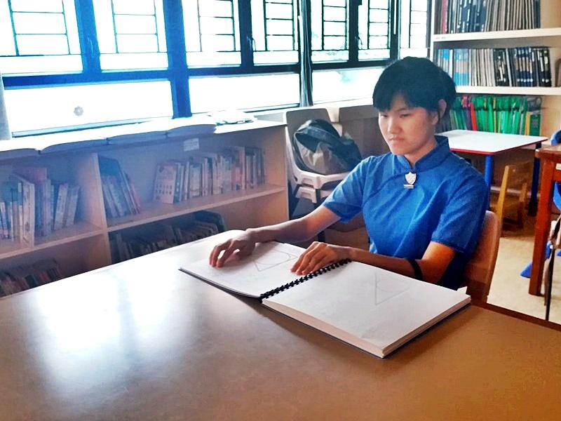 英華女學校蔡樂詩患有先天視障,現只可感應光影。