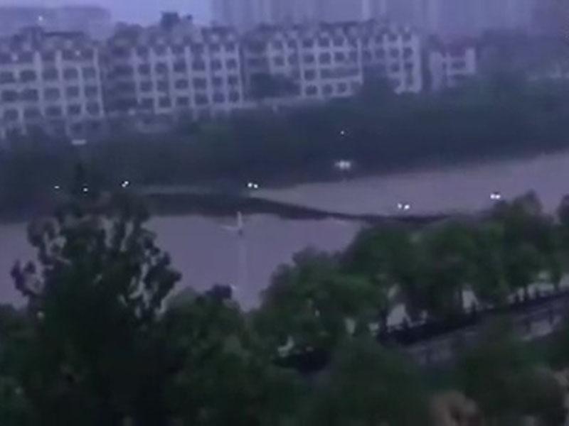 洪水將橋衝至嚴重變形後,整條橋被衝毀捲走。(網圖)