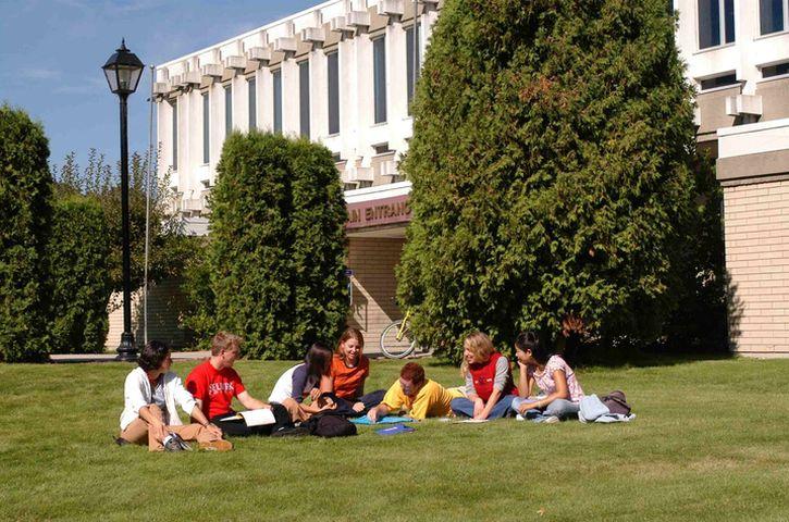 加拿大的大學提供的課程種類繁多,學生欲直接報讀學士學位課程,除在中學公開試如文憑試等獲取良好成績外,TOEFL亦必須符合當地大學的要求。