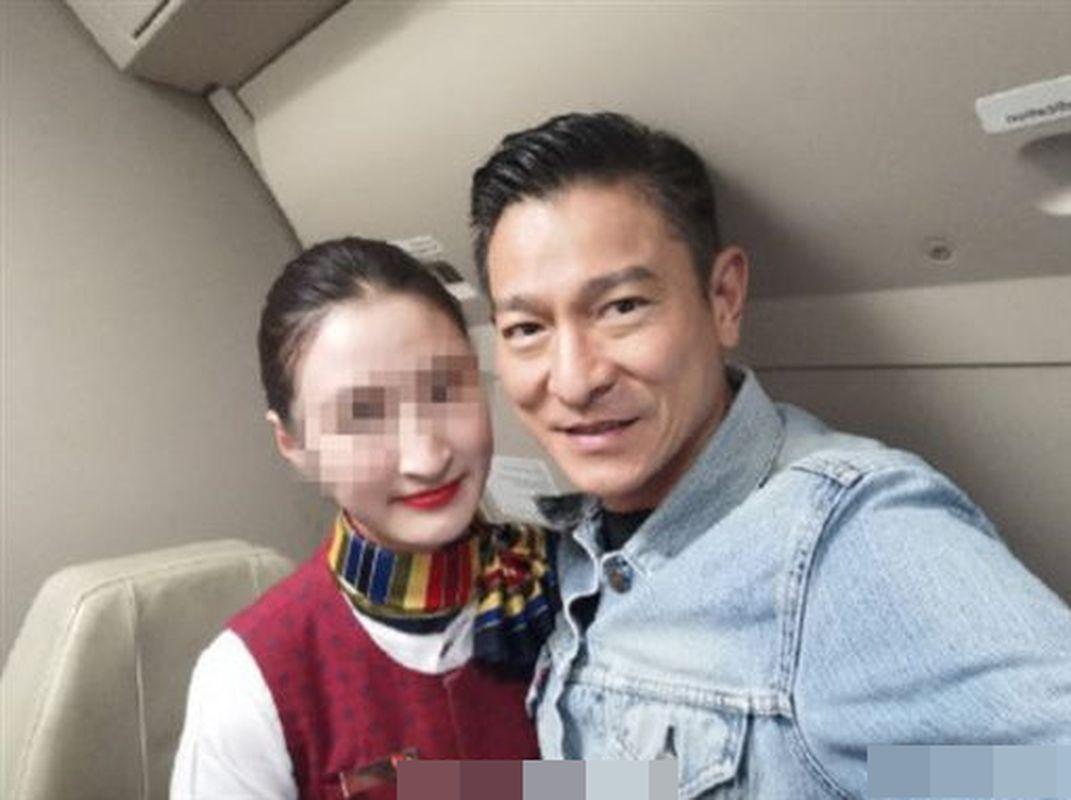 空姐開心上傳與劉德華在機上的合照。網圖