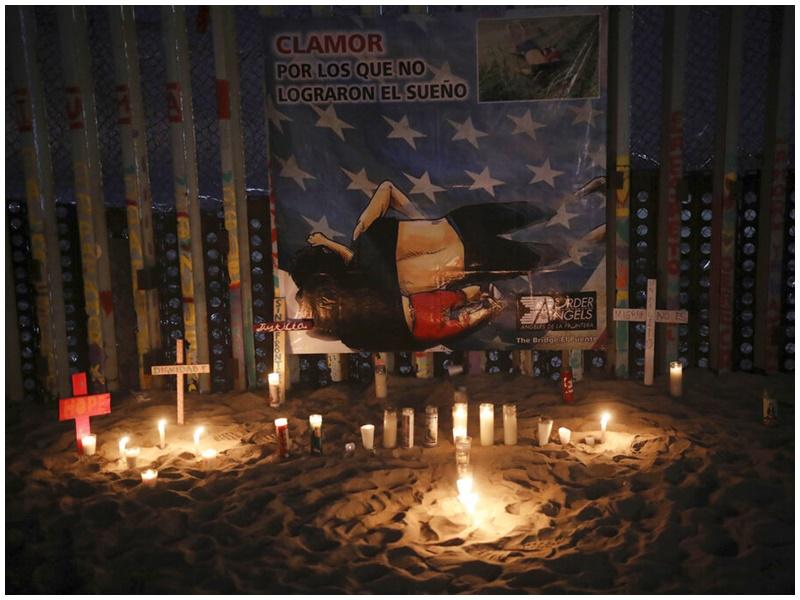 民眾在美墨邊界放蠟燭悼念偷渡亡魂。AP