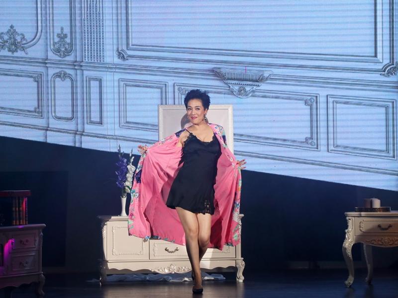 江美儀以超火辣性感睡衣LOOK「瞓身」演出。