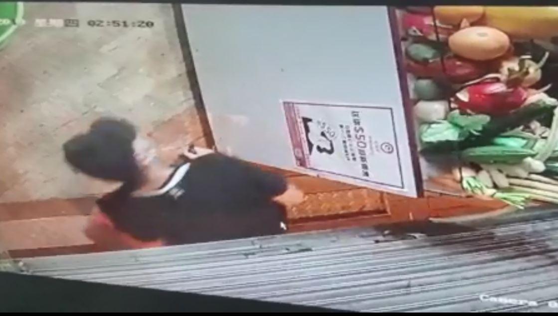 男子拉開捲閘進入店內。影片截圖