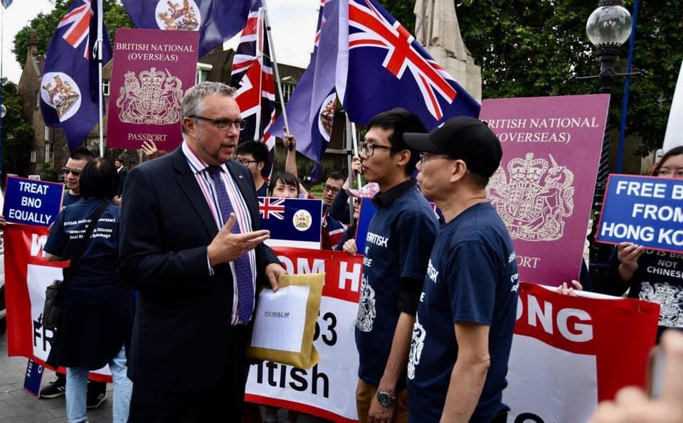 英國議員道布爾(Steve Double)接收請願信。Hong Kong Watch圖片