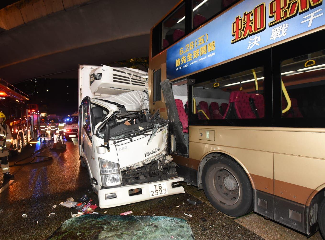 貨車與巴士相撞。