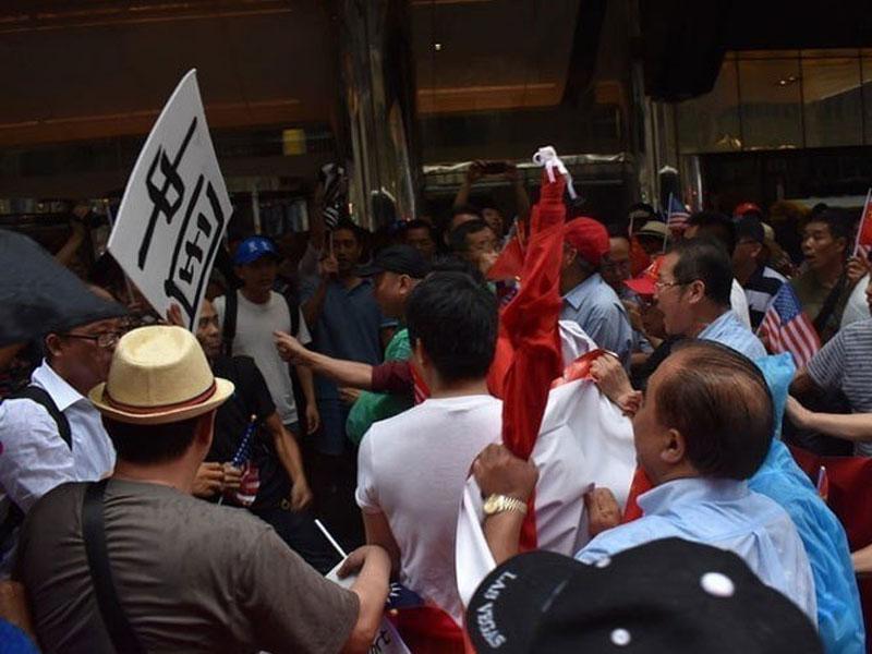 蔡英文過境紐約,在下榻酒店門外支持與反對者雙方發生肢體衝突。(網圖)