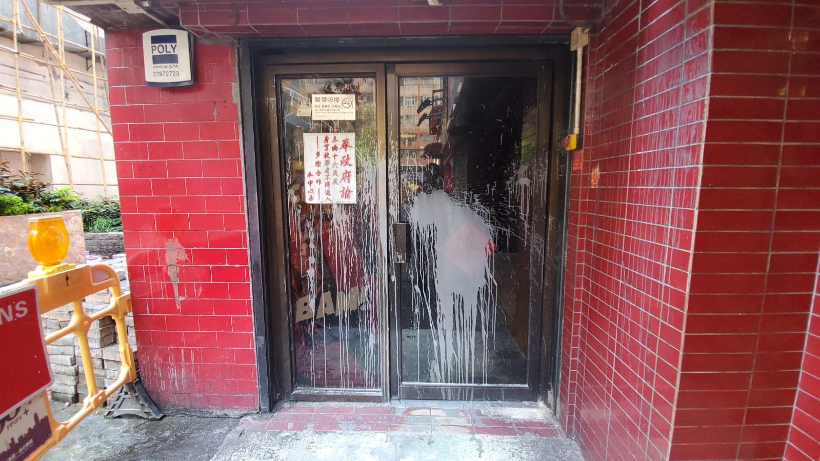 遊戲機中心的大門玻璃遭人淋潑漆油。 林思明攝