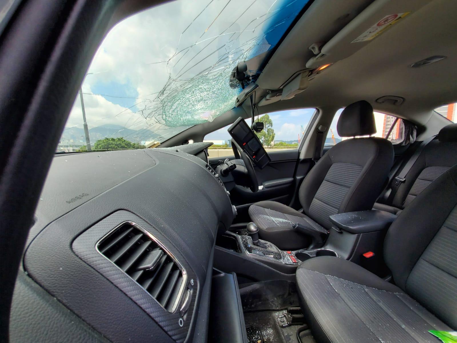 涉事私家車的擋風玻璃被插穿個洞。 蔡楚輝攝