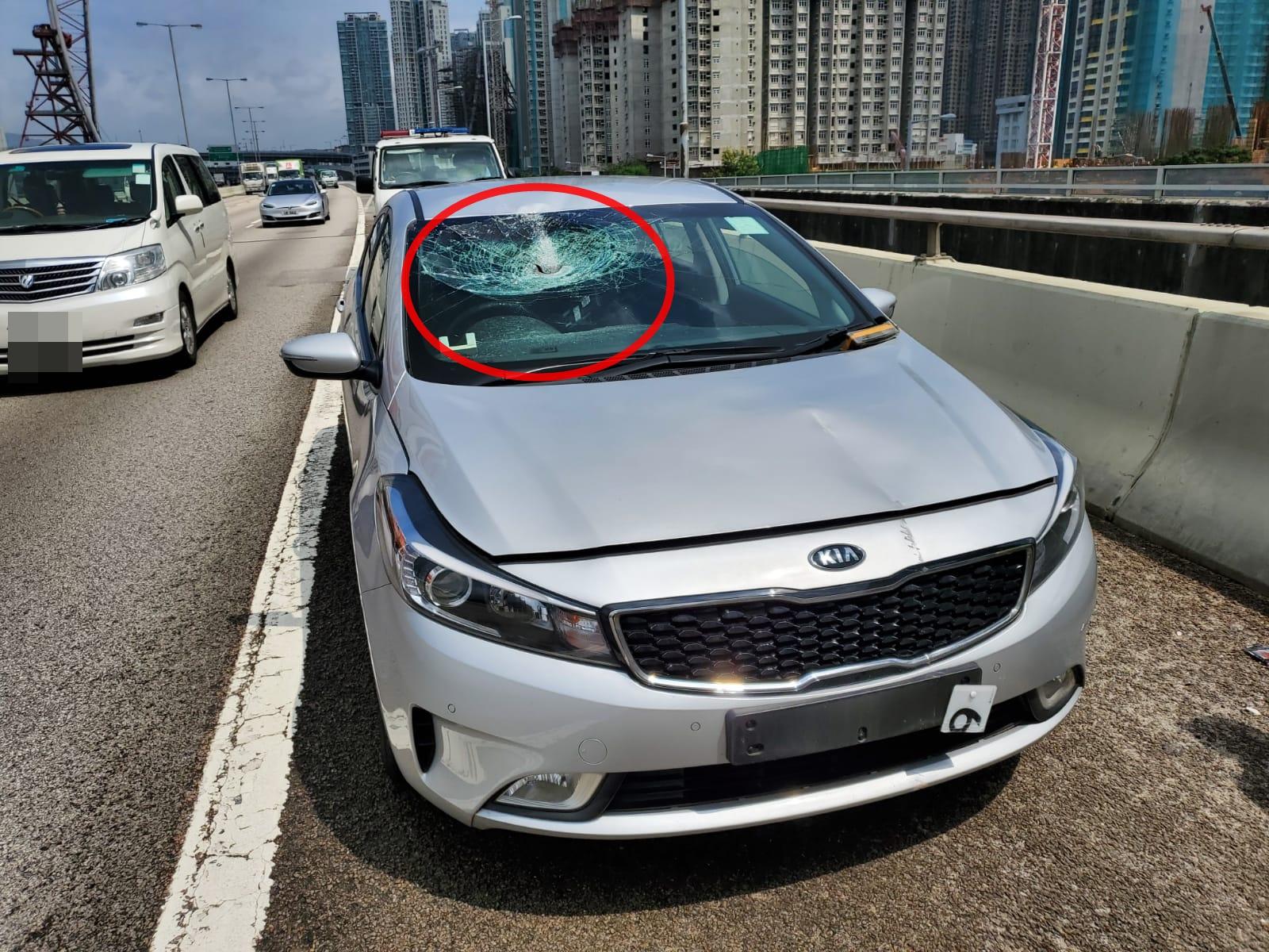 鐵枝飛插入私家車內。 蔡楚輝攝