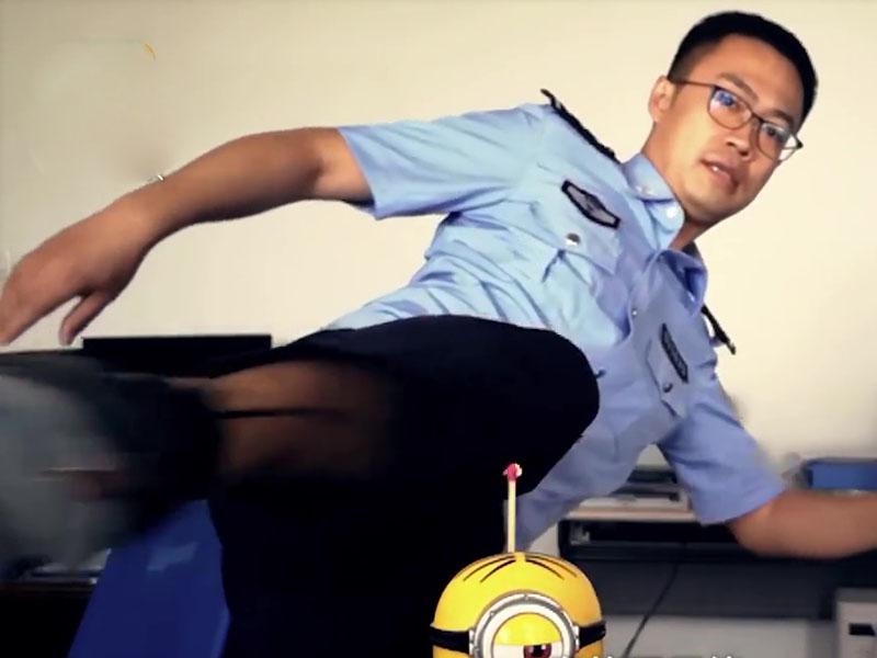 齊齊哈爾警方以轉身旋踢成功點燃火柴。(網圖)