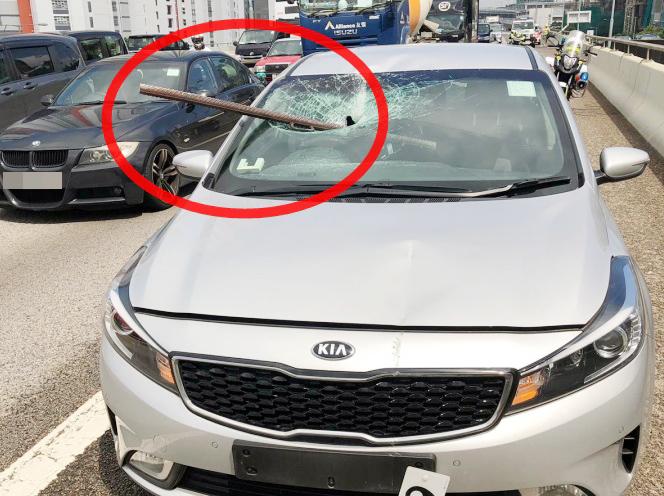 鐵枝飛插入私家車內。