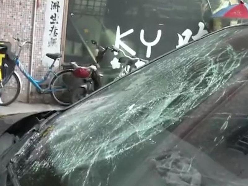私家車擋風玻璃被砸裂。(網圖)