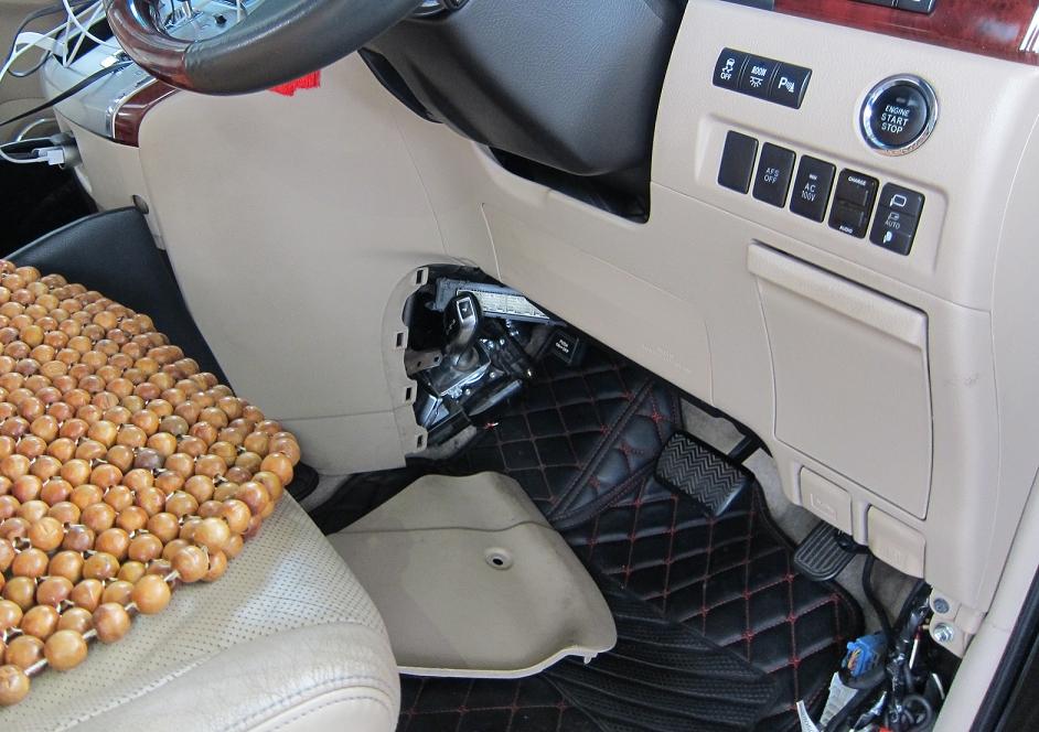 部分在深圳灣管制站一輛出境私家車上檢獲的懷疑走私汽車零部件。