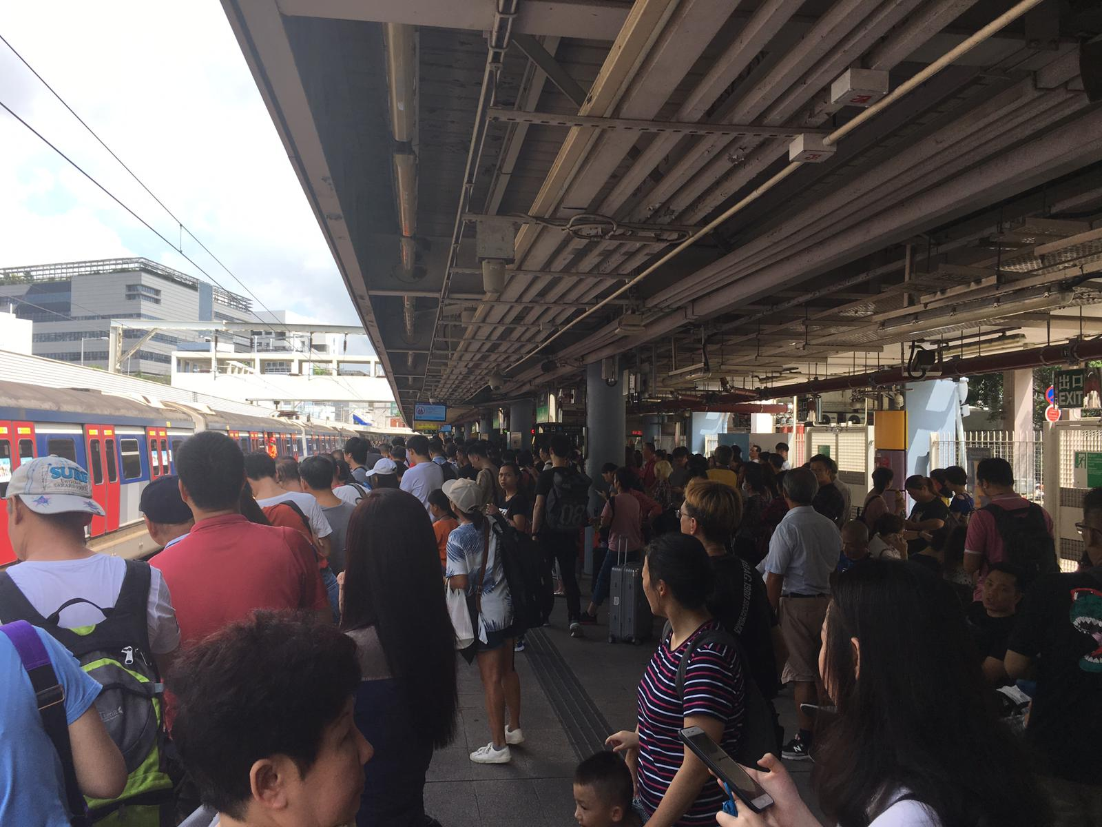九龍塘月台擠滿乘客。