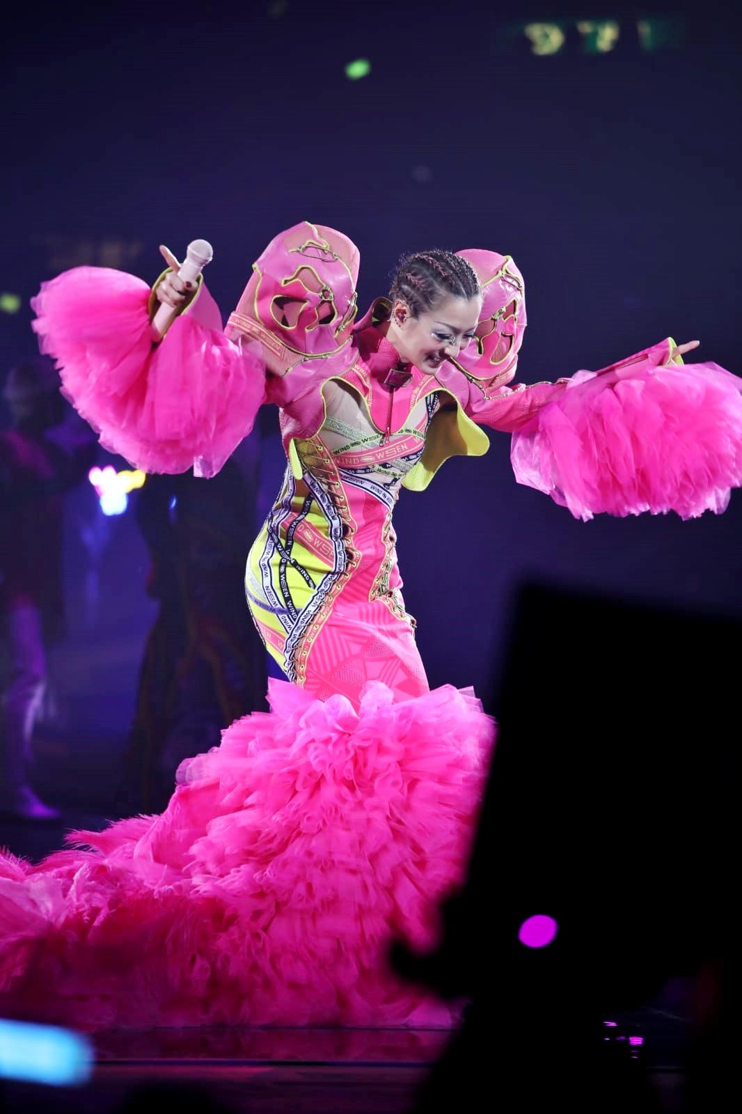 Sammi唱完一首歌即極速1分鐘換另一套螢光粉紅長裙,令全場嘩然。