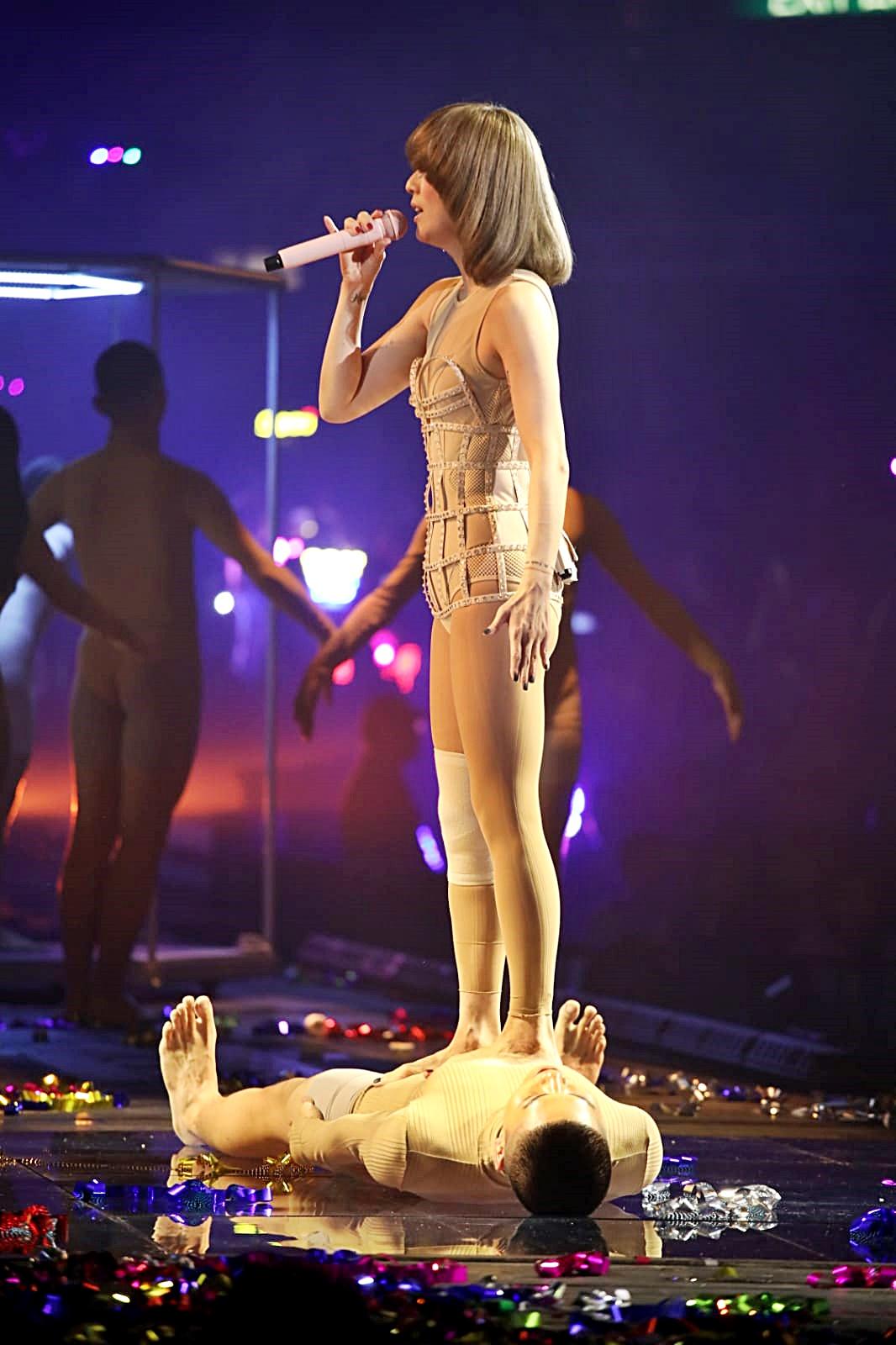 Sammi唱第三首歌時,換上貼身內衣赤腳上台。
