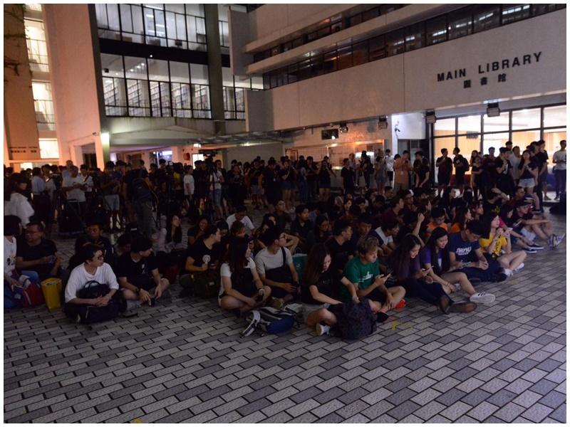 數百人出席。