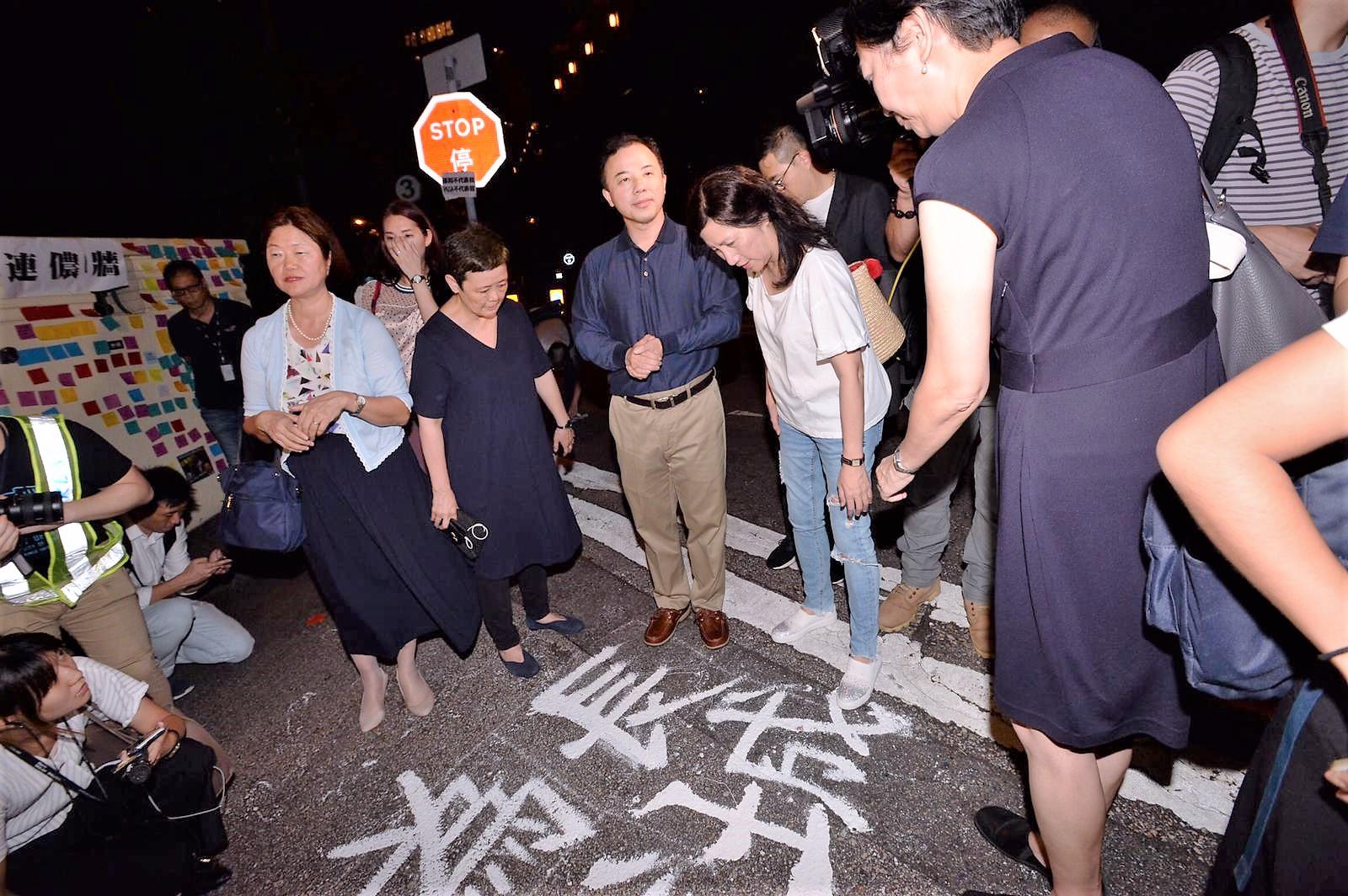 張翔邀請學生官邸,但學生要求他在大學道對話。