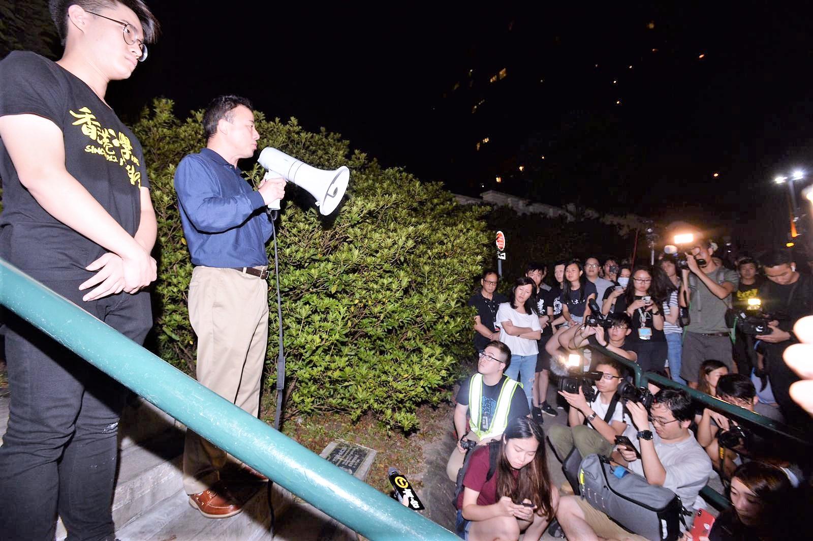 張翔答允學生在大學道對話。