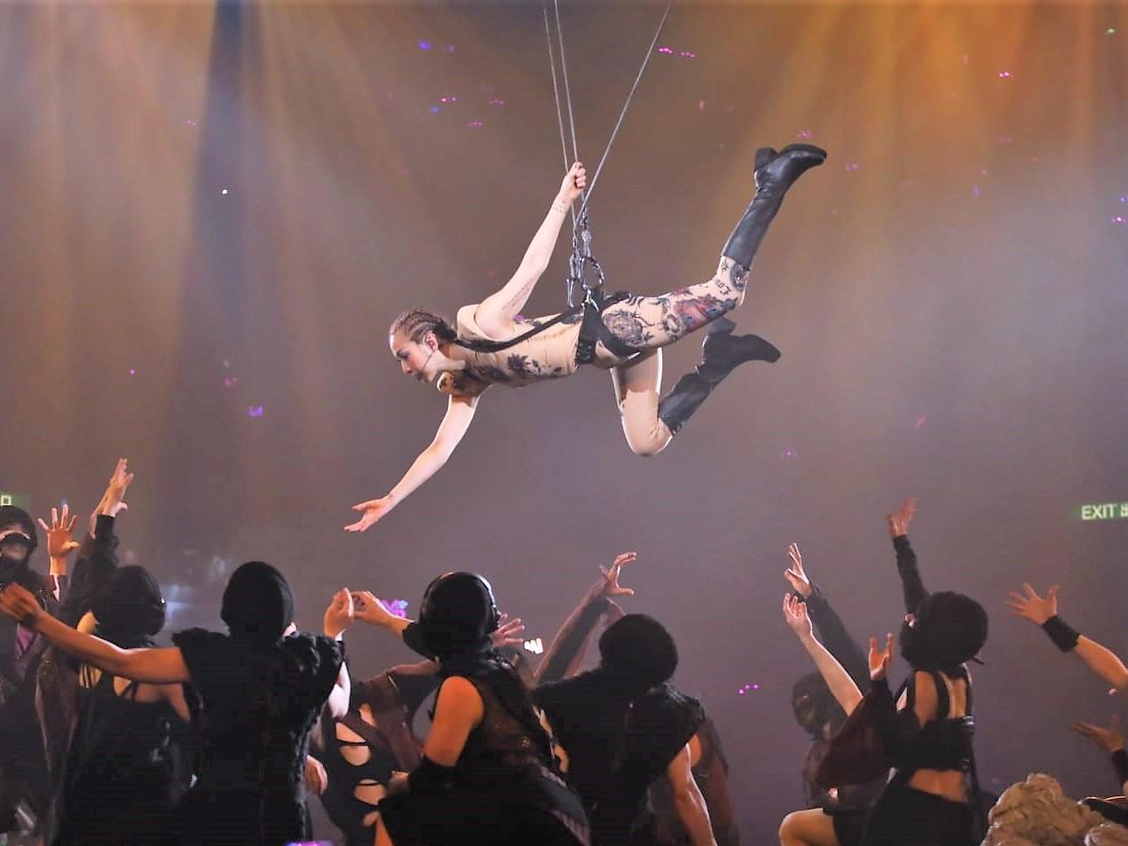 唱到《衝過去》時,吊到紅館半空之後翻了兩次筋斗。