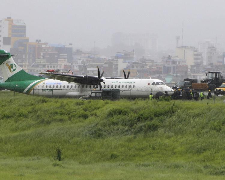 一架客機在特里布萬國際機場降落時衝出跑道。AP
