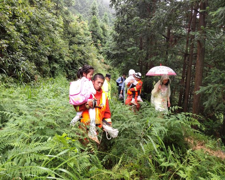 消防員兵分兩路救出被困遊客。
