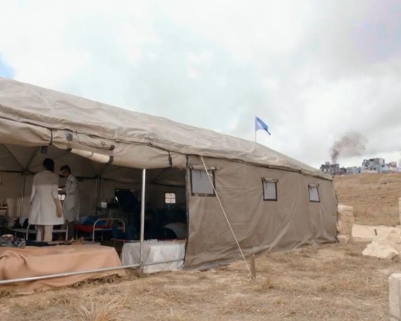 這無國界醫生救護營地場景似《太陽的後裔》。(電視截圖)