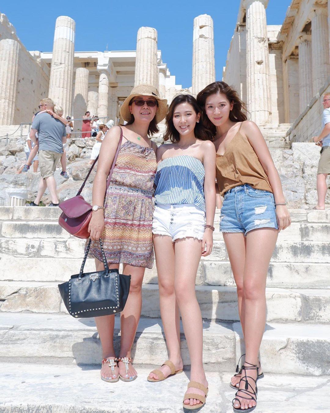 穿上吊帶裙的余媽媽少女味十足,令不少網友都因而表示她們似「三姊妹」多過三母女。 余香凝IG圖片
