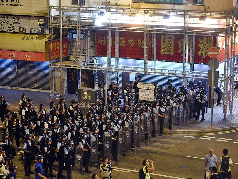 警方展開清場行動。