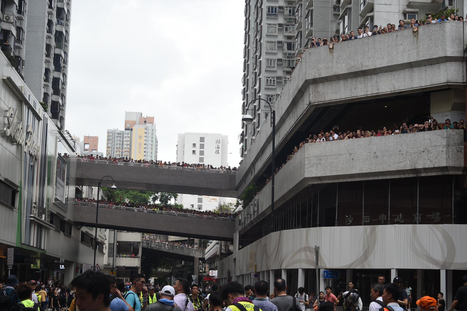 有市民圍觀遊行人士
