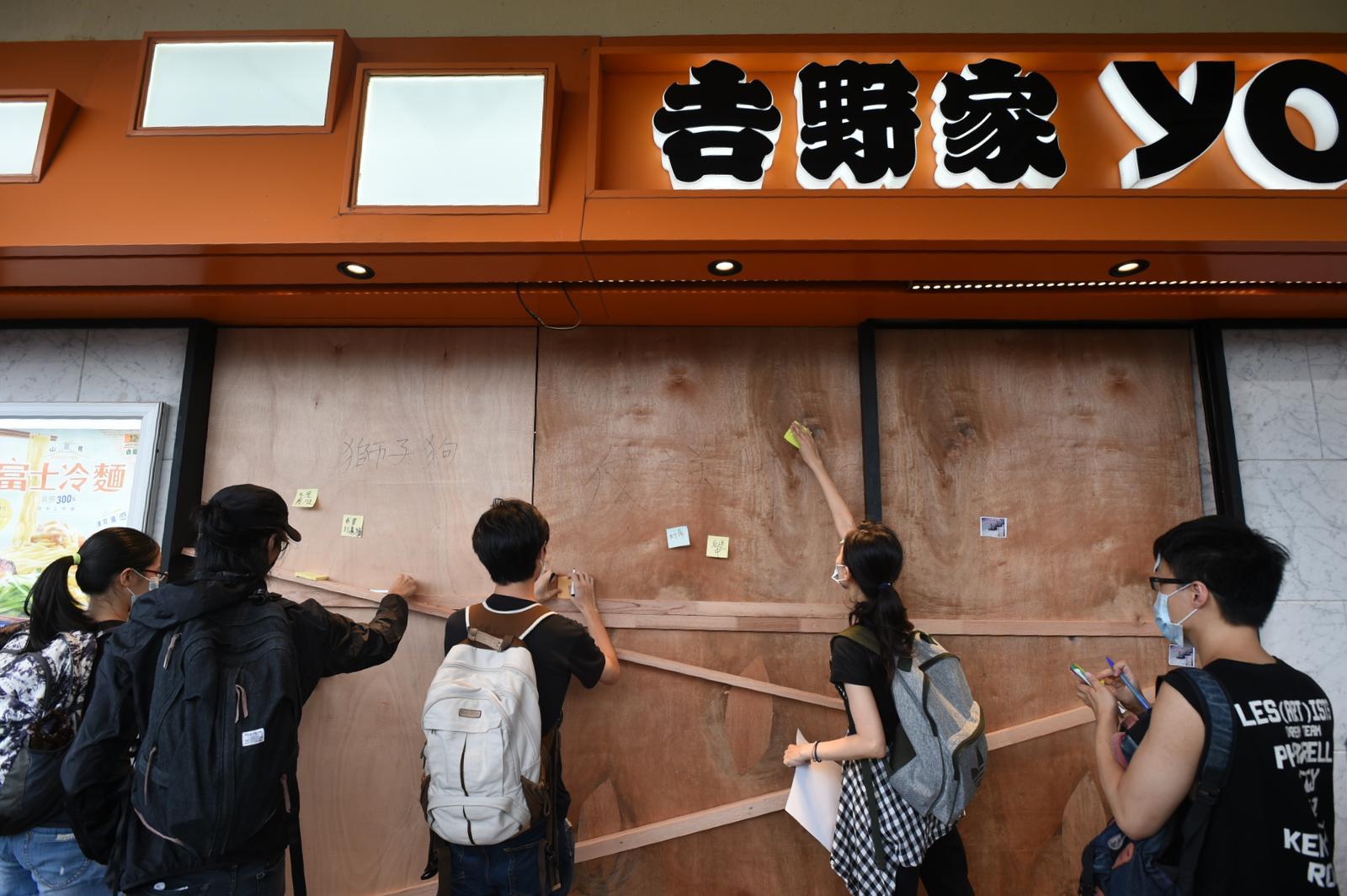 有示威者在木板張貼標語字句