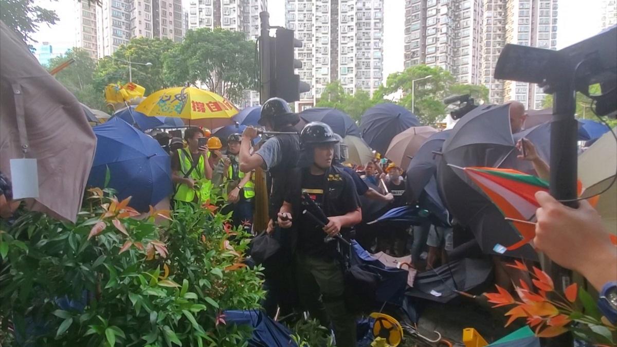 警方指昨日有4名便裝警員被大批暴徒包圍及襲擊。資料圖片