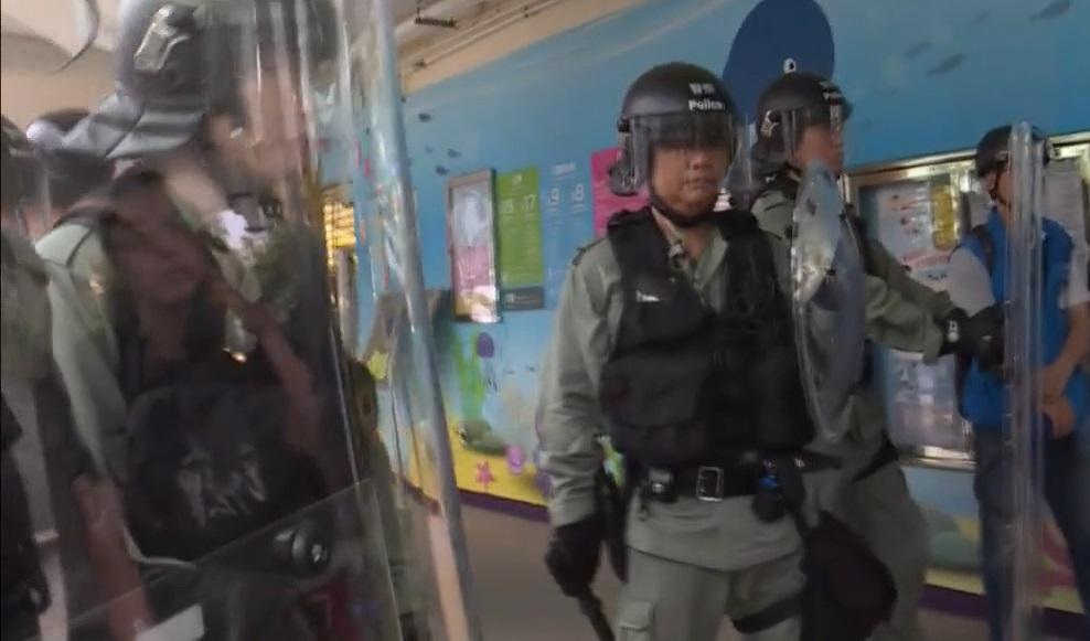 警方出動過百名身穿防暴增援。有綫新聞圖片